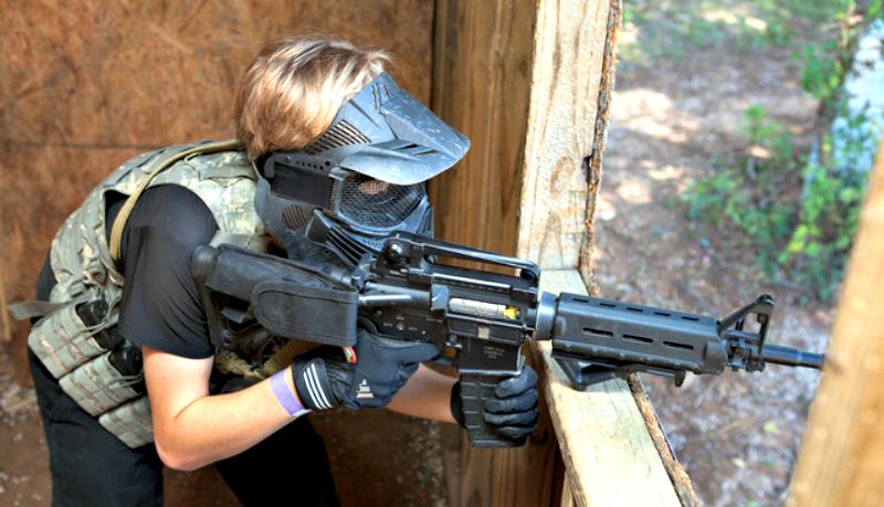 В руках у девушки винтовка AR-15