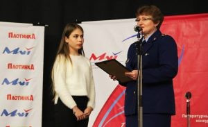 Прокурор города Екатеринбурга Светлана Кузнецова награждает участницу конкурса Татьяну Курепину